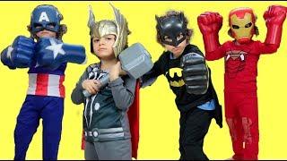 CADU VESTINDO FANTASIAS DE SUPER HERÓIS (Dress Up Superheroes)