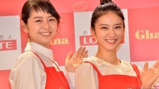 【モデルプレス】女優の長澤まさみと武井咲が真っ赤なエプロン姿で登場...