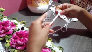 Caminho de mesa com a flor caracol por Alvenir Crochê