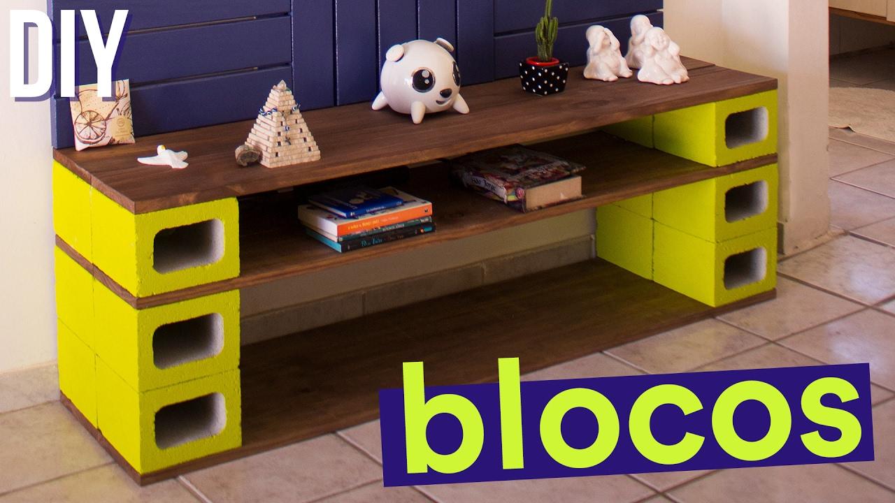 O rack feito com blocos de concreto e tábuas de pinus apresenta diversas possibilidades de montagem para uma decoração mais despojada e jovem.