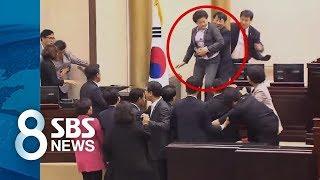 [사회] 女의원 번쩍 들더니…볼썽사나운 몸싸움 추태 (SBS8뉴스|2015.10.15)