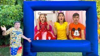 Stacy und ihre Freunde spielen aktive Spiele im Freien