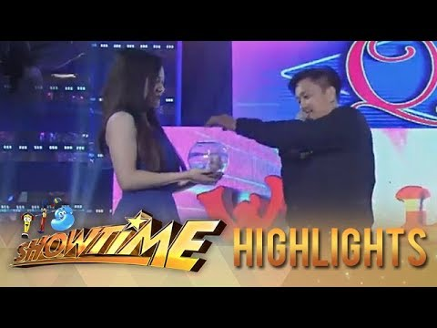 "It's Showtime Miss Q & A: Jhong puts money in ""Ate Girl's"" bowl"