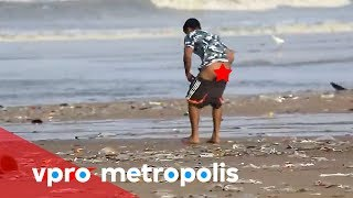 Pooping on the beach in India - vpro Metropolis(The inhabitants of the Mumbaian slums prefer to do ' their thing' outside. A sewer as we know it doesn't exist there, so most people drop their dropping on the ..., 2014-10-23T20:00:09.000Z)