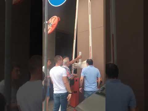 Жильцы ЖК «Центральный» (Краснодар) пытаются попасть во двор