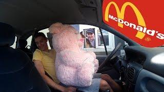 МЕДВЕДЬ ЗАКАЗЫВАЕТ ЕДУ В МАКАВТО. BEAR IN Mcdonald's