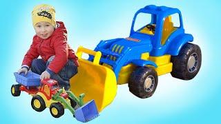 Синий трактор везет в прицепе песок, а потом едет на ферму