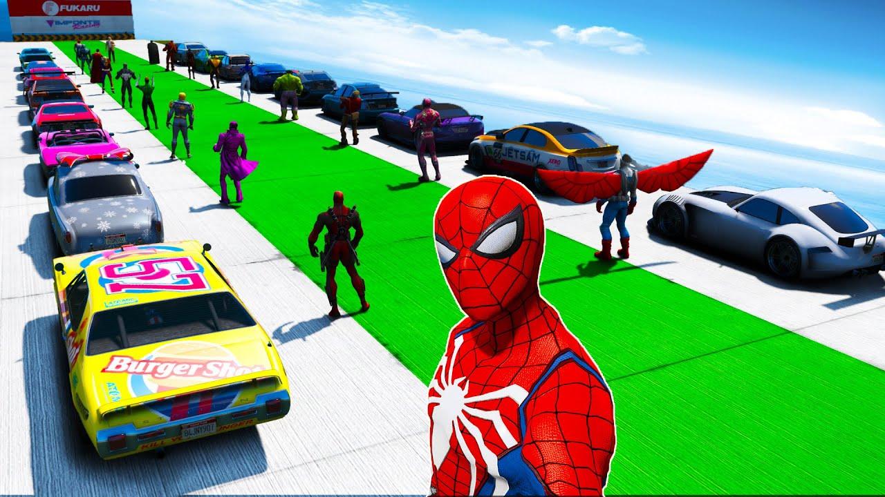 Homem Aranha e Amigos SuperHeróis - Carros Musculosos VS Sport no Desafio na Mega Rampa sobre o Mar