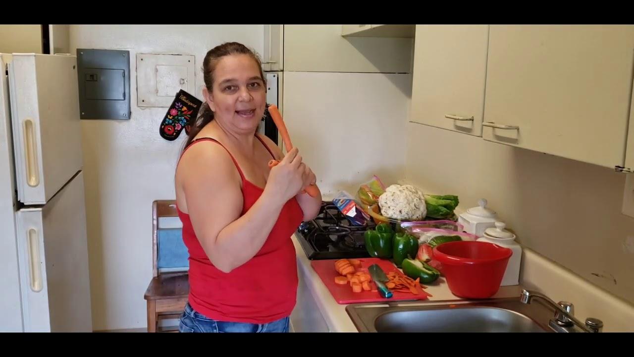 Arreglando unas verduras  para congelarlas🥰🥰sembramos la Ruda 🌿