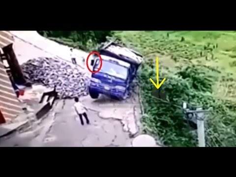 Menegangkan!! Mobil Truk ini Jatuh ke Jurang,dan Lihat yang dilakukan oleh Pria ini