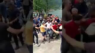 اعتداء وحشي على السياح بحماية الشرطة.. شاهد ما يحدث فى تركيا