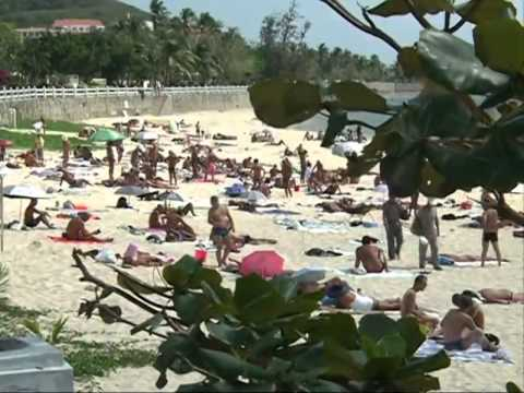 Chinese nudists wrestle with beach ban
