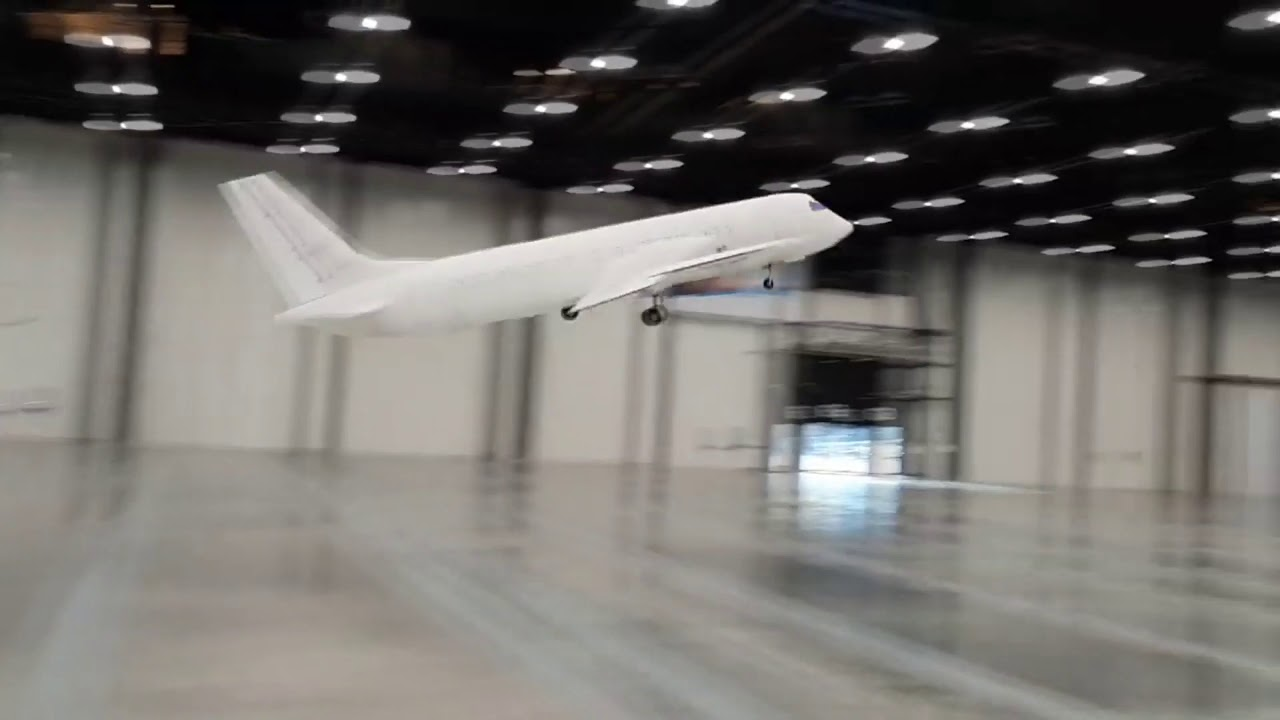 Огромные радиоуправляемые самолёты копии в зале.