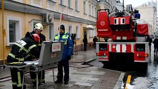 Смотреть видео При пожаре на Никитском бульваре в Москве погибли шесть человек. онлайн