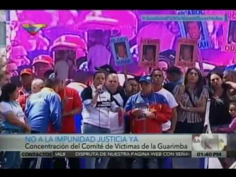 Desiree Cabrera, del Comité de Víctimas de las Guarimbas, lee documento entregado a Fiscalía