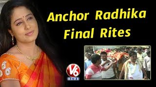 Anchor Radhika Final Rites Completes, Journalists & Colleagues Pays...