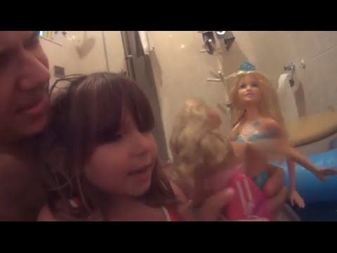 Boneca Barbie Sereia das Pérolas na piscina do banheiro brincando e fazendo bagunça