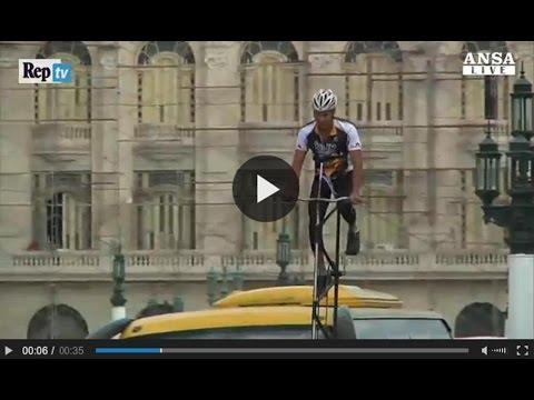 Nel traffico caotico, godetevi di una vista panoramica su 12 metri di bici