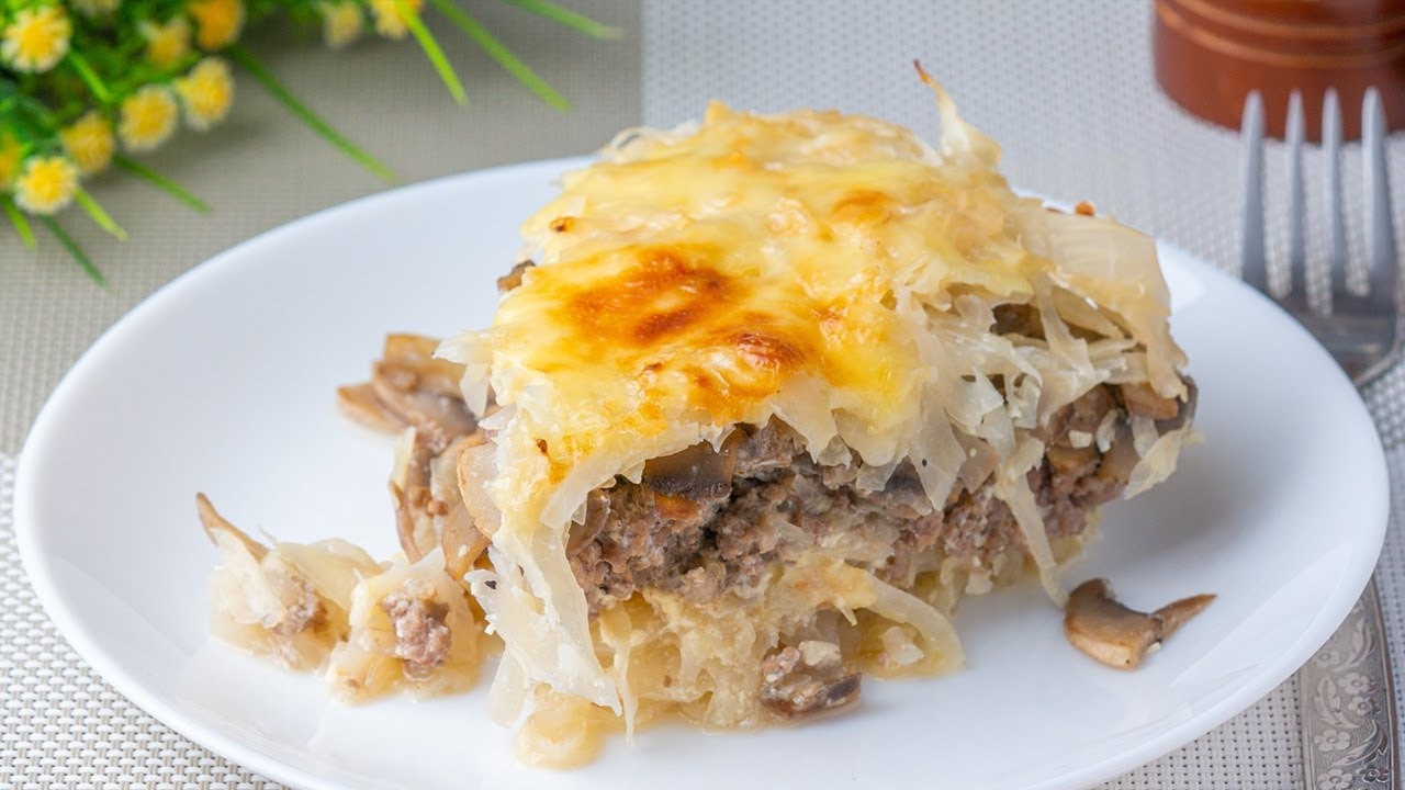 Cazuela increíble con repollo y carne picada. Delicioso plato de productos disponibles.