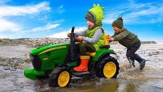 Лёва на  тракторе вытаскивает из грязи застрявшего на машинке друга