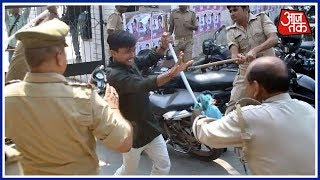 Clashes Break Out Between Two Student Groups In Gorakhpur University | Breaking News
