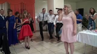 Гости на свадьбе зажигают под песню