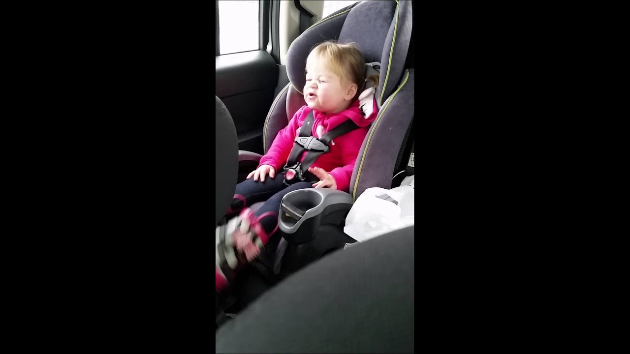 Hilarious 2 year old girl lip sync to Talyor Swift\'s Shake it off ...