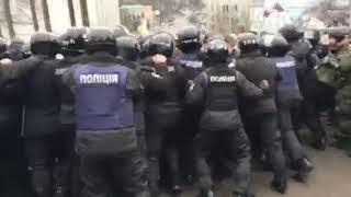 Полиция начала оттеснять людей с дороги