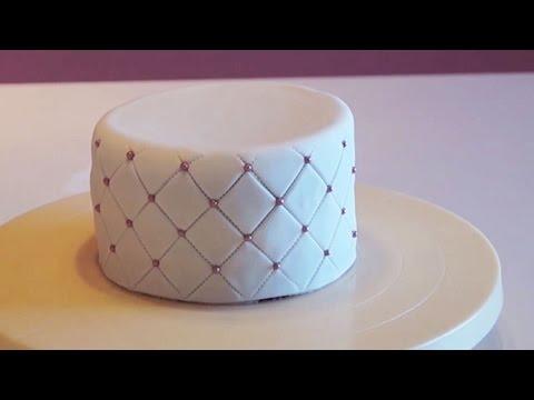 cake-design-:-tutoriel-effet-matelassé-pâte-à-sucre