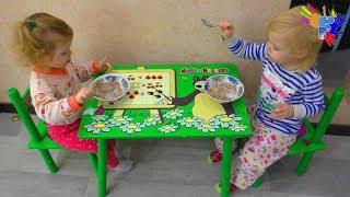 Веселые двойняшки кушают кашу. Завтрак для детей.