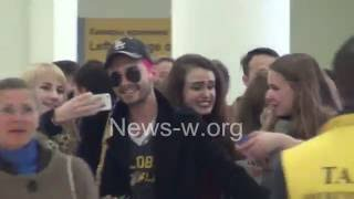 Tokio Hotel 's Bill Kaulitz taking selfies with fangirls in Moscow airport 30.09.2016
