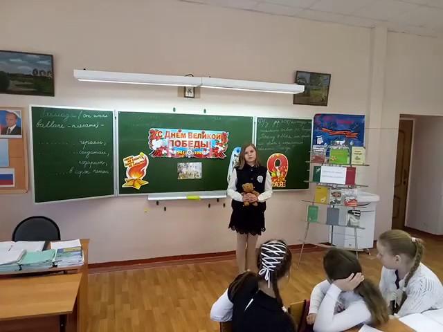 Изображение предпросмотра прочтения – ДарьяКопылова читает произведение «Оборванного мишку утешала» Л.Тасси