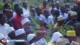 Hivi ndivyo Ridhiwani Kikwete alivyomuaga Babu yake makaburini.