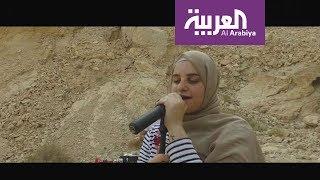 صباح العربية | بحجابها وغيتارها شابة تغني السلام