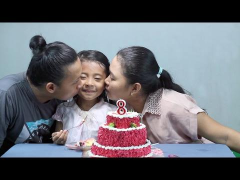 potong kue ulang tahun di rumah  - Happy Birthday little princess shinta ke 8