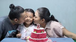 potong kue ulang tahun di rumah  - Happy Birthday little pri...