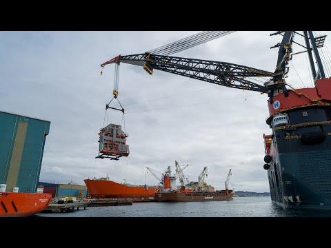 World's largest crane heavy lift vessel, Sleipnir picking up the 600 tonne module quayside!