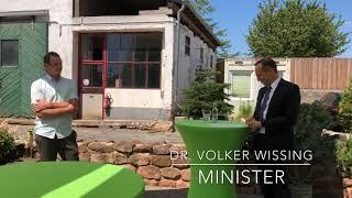 Volker Wissing überreicht Wirtschaftsmedaille and Junglandwirt David Engel