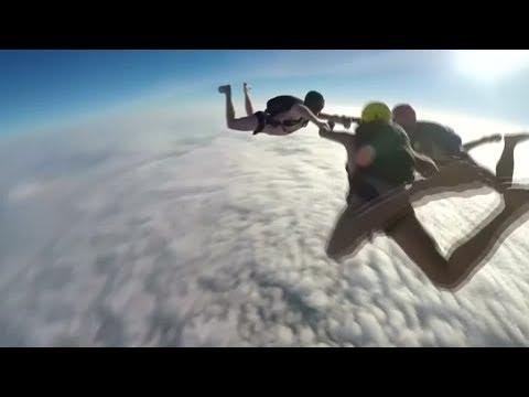 Rekordversuch: Briten springen nackt aus dem Flugzeug - YouTube