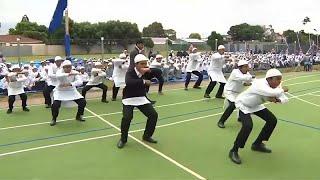 """أكبر مدرسة إسلامية في نيوزيلندا تكرم ضحايا مذبحة المسجدين برقصة """"الهاكا"""" …"""