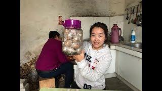 妈妈腌制4斤咸鸡蛋,一瓶酒,1斤盐,咸香可口,女儿够吃2个月了