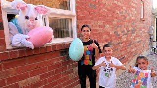 COELHO GIGANTE! Сrianças brincam em ovos surpresa na vida real com brinquedos!