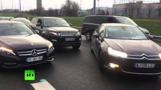 Les chauffeurs de VTC bloquent l'accès à l'aéroport Charles de Gaulle