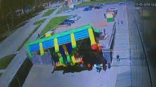 Ураган батут опрокинул на головы горожан. Real video