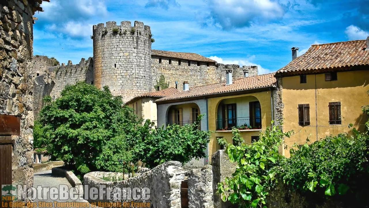 Château de Villerouge Termenès, situé au cœur du village médiéval (notrebellefrance)