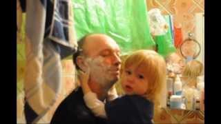 Никуся наносит папе пену для бритья :-)))))))