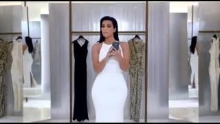 Kim Kardashian : moulée dans une robe blanche nous apprend à faire des selfies