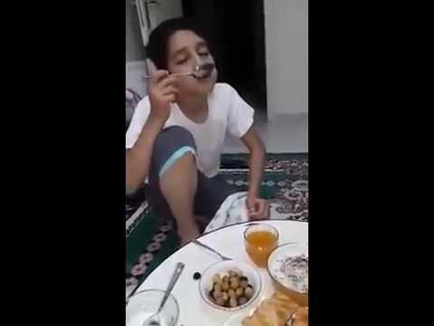 Sahurda yemek yerken uyuyan çocuk :D