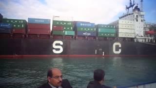 عبور السفن بقناة السويس بالقرب من قناة الاتصال المؤدية لقناة السويس الجديدة