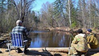 В этом ключе бывает много рыбы!Мимо этого места не проедет ни один рыбак!Изба!Тайга!Весна!
